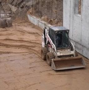 Мини погрузчик на строительстве корпуса в ГКБ №4 г. Минска