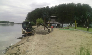 Очистка пляжа миниэкскаватором
