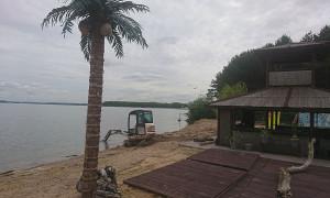 Миниэкскаватор на берегу озера