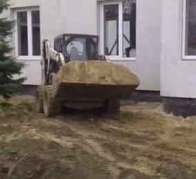 Развоз песка минипогрузчиком