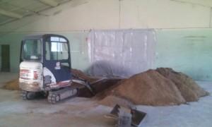 Работа минитехники в ангаре